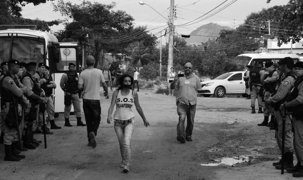 Beboere i Vila Autódromo protesterer mot ødeleggelsen av nabolaget (Foto: Margit Ystanes).