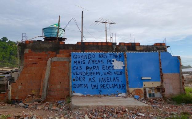 """O grafite na Vila Autódromo mostra que os moradores enxergam o confisco da sua comunidade como uma transmissão de terra pública para atores privados: """"Quando não tiver mais áreas públicas para eles venderem, vão vender as favelas. Quem vai reclamar? """""""